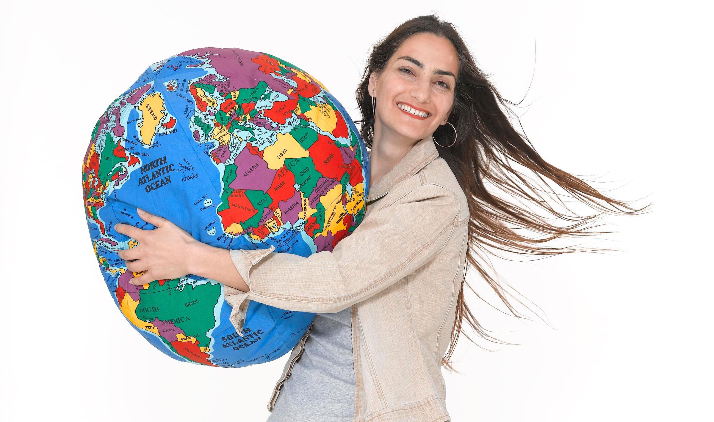 ابتسام بركات: الاقتلاع من الأرض جعلني أجد جذوراً في اللغة