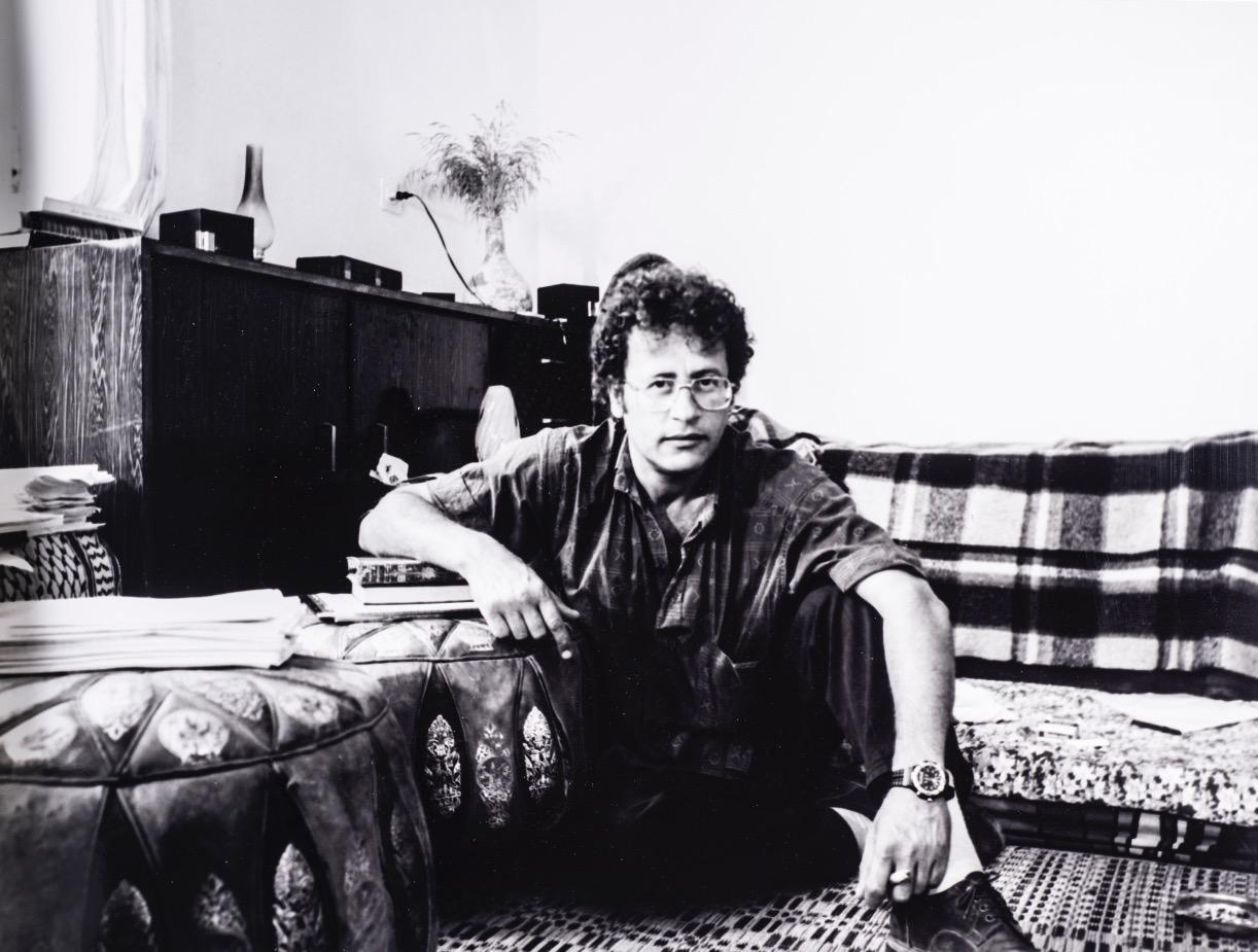 حسين البرغوثي واقفاً على الصّدع اللامرئي أبداً