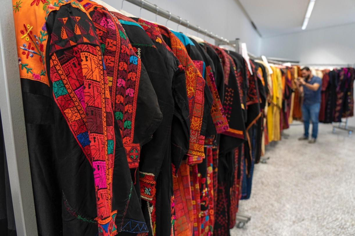 المتحف الفلسطينيّ يحتفي باقتناء مجموعة دائمة من 240 قطعة تراثيّة كانت في الشَّتات